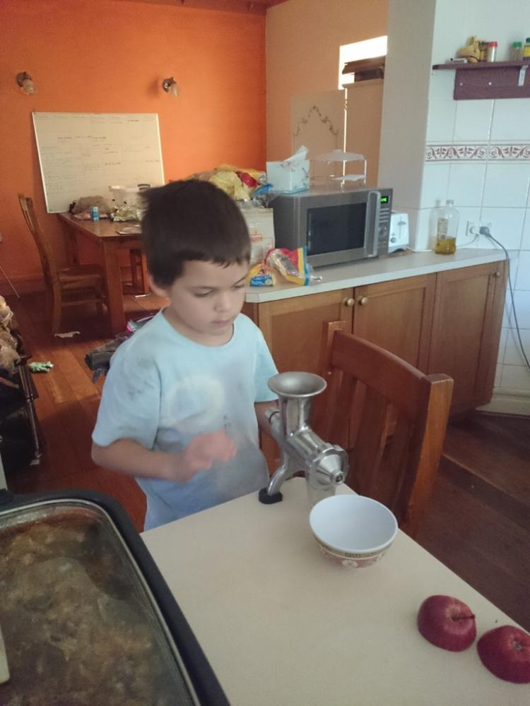 6yo juicing apples