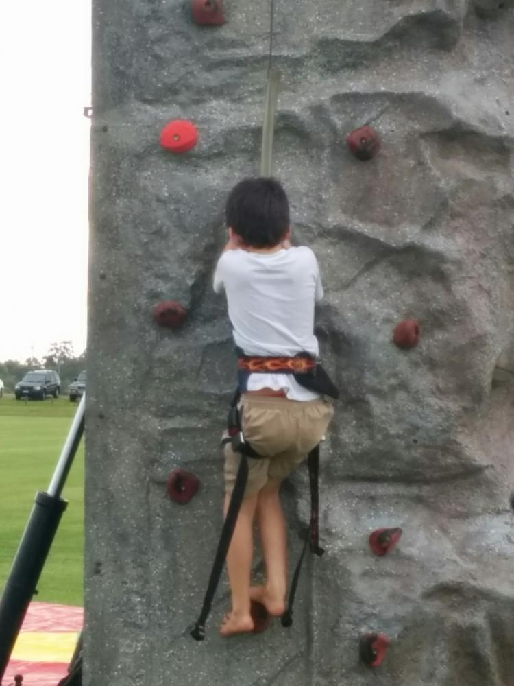 7yo climbing artificial wall