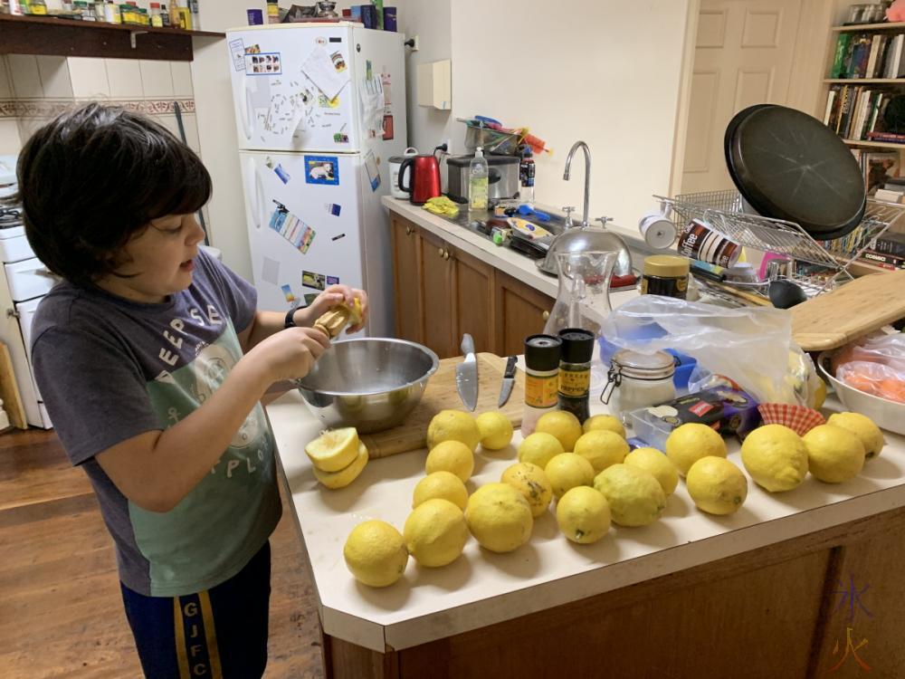 10yo making lemonade