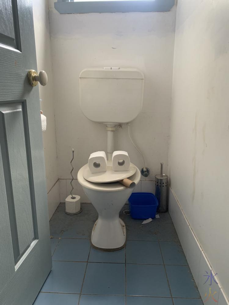 jaunty toilet